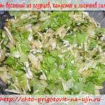 Салат весенний из огурцов, капусты и листьев салата